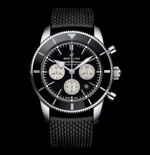 The white sub-dials are in a striking contrast to the black dials, allowing the wearers to read the time clearly.