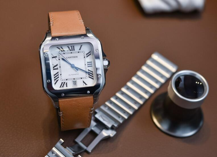 The new Santos de Cartier has combined the classic and modern elements perfectly.