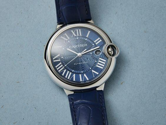 The blue dial looks very mature and profound, making the wearers very charming.