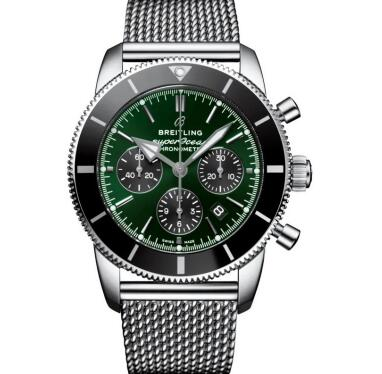 The green tone endows the Breitling Superocean Heritage with eye-catching appearance.